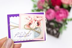 Ramo de las flores en una caja, Booker de las rosas para el día de madre Rose en una caja de regalo Flores el 8 de marzo Día feli fotografía de archivo