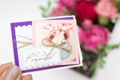 Ramo de las flores en una caja, Booker de las rosas para el día de madre Rose en una caja de regalo Flores el 8 de marzo Día feli foto de archivo