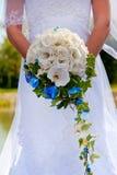 Ramo de las novias en manos Imagen de archivo libre de regalías
