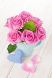 Ramo de las rosas del rosa del día de tarjetas del día de San Valentín y corazón handmaded del juguete Fotos de archivo