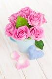Ramo de las rosas del rosa del día de tarjetas del día de San Valentín y corazón handmaded del juguete Imagen de archivo