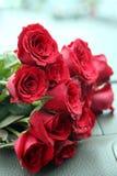 Ramo de las rosas rojas en la consola del coche Fotografía de archivo