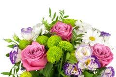 Ramo de las rosas rosadas de las flores, crisantemos blancos con las hojas verdes en cierre aislado fondo blanco para arriba imagenes de archivo