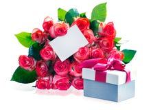 Ramo de las rosas y actual primer de la caja aislados en el backgrou blanco Imagen de archivo libre de regalías