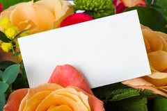 Ramo de las rosas y tarjeta de papel foto de archivo