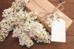 Ramo de lila blanca en una tabla de madera Fotografía de archivo