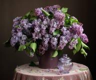 Ramo de lila en un jarro Imagen de archivo libre de regalías