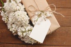 Ramo de lilas con una tarjeta de la inscripción Imágenes de archivo libres de regalías