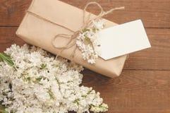 Ramo de lilas con una tarjeta de la inscripción Fotografía de archivo libre de regalías