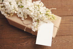 Ramo de lilas con una tarjeta de la inscripción Imagen de archivo libre de regalías