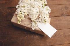 Ramo de lilas con una tarjeta de la inscripción Fotografía de archivo