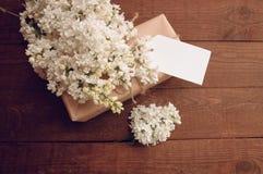 Ramo de lilas con una tarjeta de la inscripción Imagen de archivo