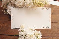 Ramo de lilas con una tarjeta de la inscripción Foto de archivo libre de regalías