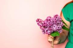 Ramo de lilas a disposici?n Lila de la tenencia de la mano foto de archivo