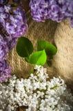 Ramo de lilas y de un sombrero de paja, primer Imagen de archivo