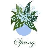 Ramo de lirios con las hojas en un florero en un fondo blanco Fotografía de archivo libre de regalías