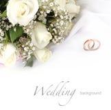 Ramo de los anillos de bodas y de las rosas Imágenes de archivo libres de regalías