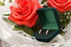 Ramo de los anillos de bodas y de las rosas Imagen de archivo