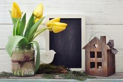 Ramo de los tulipanes con la pizarra Imagen de archivo