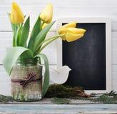 Ramo de los tulipanes con la pizarra en blanco Foto de archivo libre de regalías