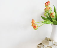 Ramo de los tulipanes en el florero blanco en silla rústica de madera Imágenes de archivo libres de regalías