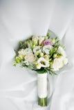 Ramo de lujo de la boda El concepto de boda y de amor accesorios para apenas el primer casado de la ceremonia Flores frescas Imagen de archivo libre de regalías