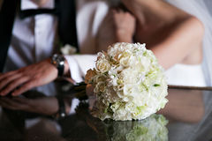 Ramo de lujo de la boda El concepto de boda y de amor accesorios para apenas el primer casado de la ceremonia Flores frescas Fotos de archivo
