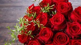 Ramo de lujo hecho de rosas rojas en el ramo de las tarjetas del día de San Valentín de la floristería de rosas rojas Imagen de archivo libre de regalías