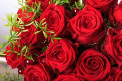 Ramo de lujo hecho de rosas rojas en el ramo de las tarjetas del día de San Valentín de la floristería de rosas rojas Fotos de archivo