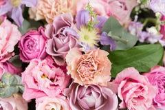 Ramo de lujo hermoso del primer de flores mezcladas en los floreros de cristal el trabajo del florista en una floristería wallpap Fotografía de archivo libre de regalías