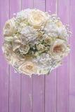 Ramo de marfil de la boda de rosas en el fondo de madera rosado, arreglo floral en el color en colores pastel, celebración Imagenes de archivo