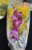 Ramo de mimosas amarillas con una orquídea Fotos de archivo libres de regalías