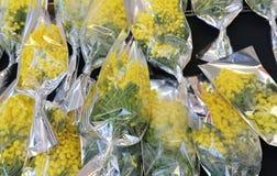 Ramo de mimosas amarillas listas para ser dado lejos a las mujeres durante Fotos de archivo