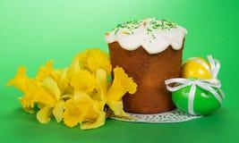Ramo de narcissuses amarillos, torta de Pascua Fotografía de archivo libre de regalías