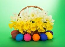 Ramo de narcissuses y de huevos de Pascua Fotos de archivo libres de regalías