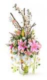 Ramo de orquídea y de lirio en el florero de cristal Foto de archivo libre de regalías