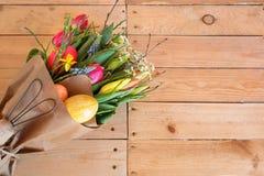 Ramo de Pascua con las flores de la primavera Imágenes de archivo libres de regalías