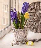 Ramo de Pascua en ventana Fotografía de archivo