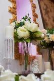 Ramo de peonías blancas en el florero adornado para una cena de boda Imagenes de archivo