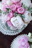 Ramo de peonías con las rosas del roovymi Fotos de archivo libres de regalías
