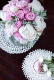 Ramo de peonías con las rosas del roovymi Imagenes de archivo