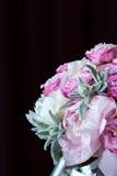 Ramo de peonías con las rosas del roovymi Fotografía de archivo