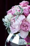 Ramo de peonías con las rosas del roovymi Fotos de archivo