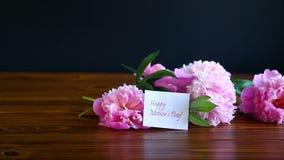 Ramo de peonías florecientes