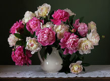 Ramo de peonías rosadas y blancas Flores en un florero Foto de archivo