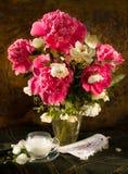 Ramo de peonies rosados imagenes de archivo