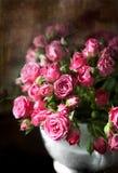 Ramo de pequeñas rosas rosadas Foto de archivo libre de regalías