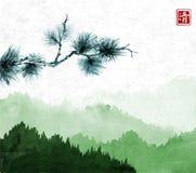 Ramo de pinheiro montanhas verdes com as árvores de floresta na névoa no fundo do papel de arroz Hieróglifo - claridade tradicion