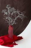 Ramo de plata en un florero rojo Fotos de archivo