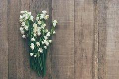 Ramo de primaveras de los snowdrops en un fondo de madera imagenes de archivo